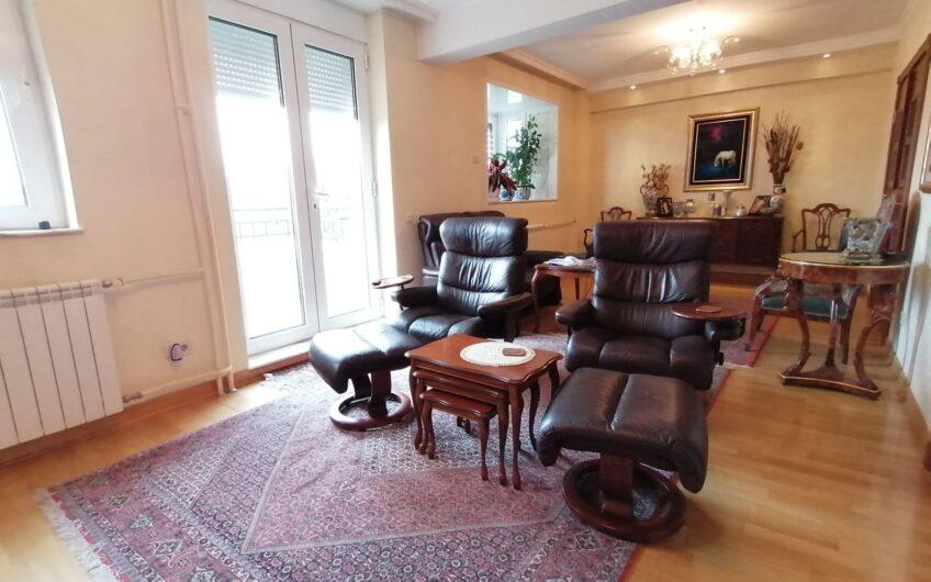 Luksuzna kuća na Bežanijskoj Kosi ,360 m2 na lepo uređenom placu od 15 ari